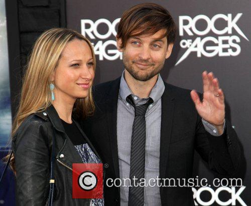 jennifer meyer and tobey maguire premiere of 3934370