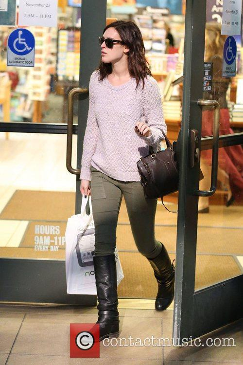 Rumer Willis shops at Barnes and Noble bookstore...