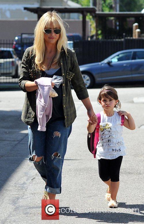Pregnant Sarah Michelle Gellar  takes her daughter...