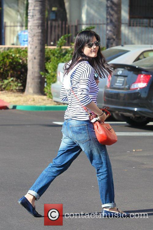 selma blair gets a manicure in hollywood 5781919