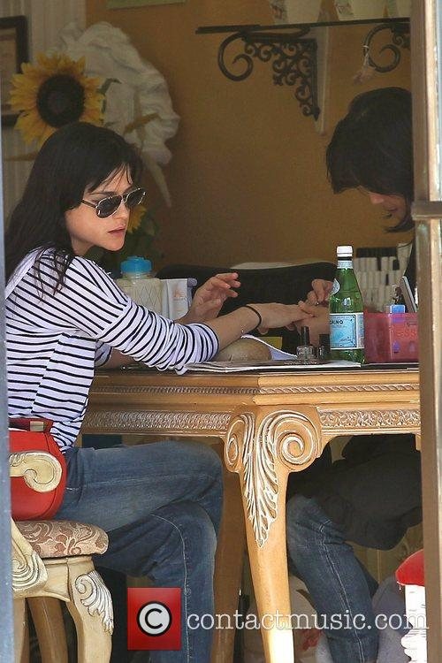 selma blair gets a manicure in hollywood 5781927