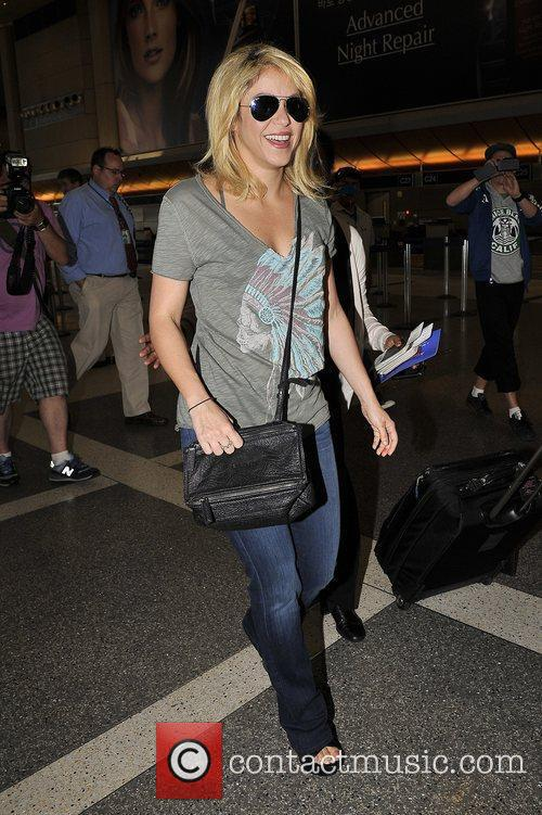 shakira arrives at lax airport dressed in 3935133