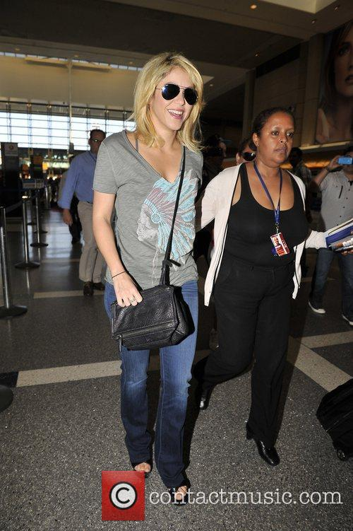 shakira arrives at lax airport dressed in 3935142