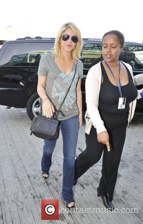 shakira arrives at lax airport dressed in 3935143