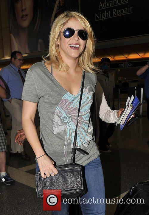 shakira arrives at lax airport dressed in 3935144