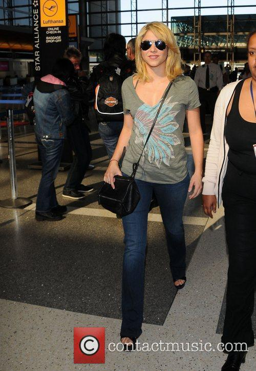 shakira arrives at lax airport dressed in 3935292