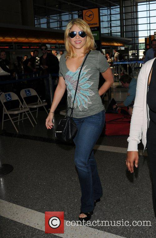 shakira arrives at lax airport dressed in 3935293