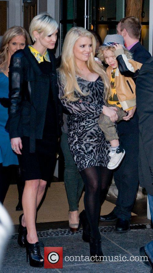 Ashlee Simpson, Jessica Simpson and Manhattan Hotel 6