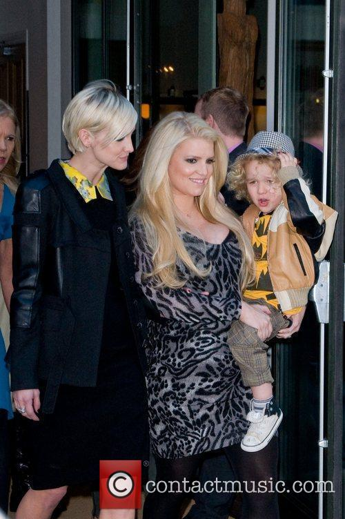 Ashlee Simpson, Jessica Simpson and Manhattan Hotel 1