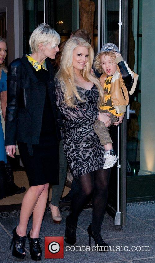 Ashlee Simpson, Jessica Simpson and Manhattan Hotel 5