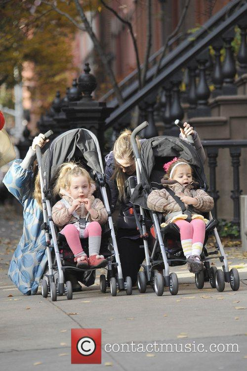 sarah jessica parker walking her twin daughters 5954781