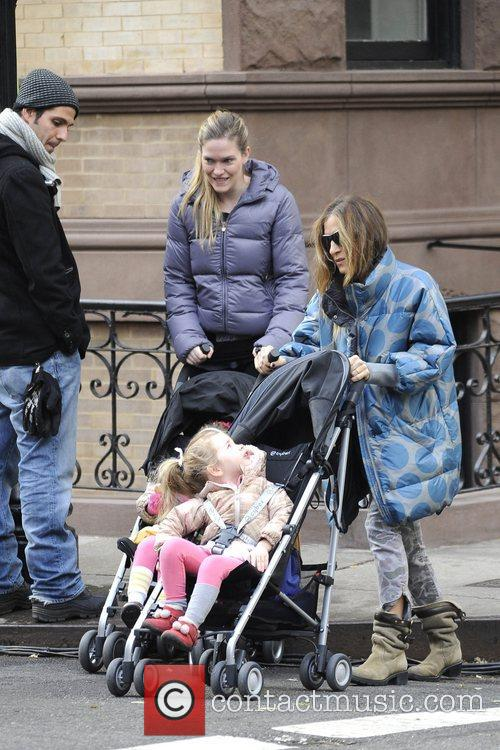 sarah jessica parker walking her twin daughters 5954782