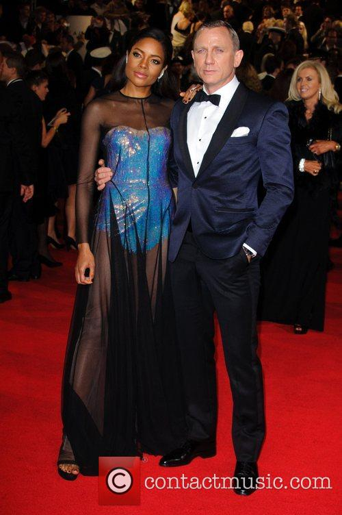 naomie harris and daniel craig james bond 4141337