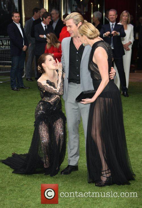 Kristen Stewart, Charlize Theron and Chris Hemsworth 4