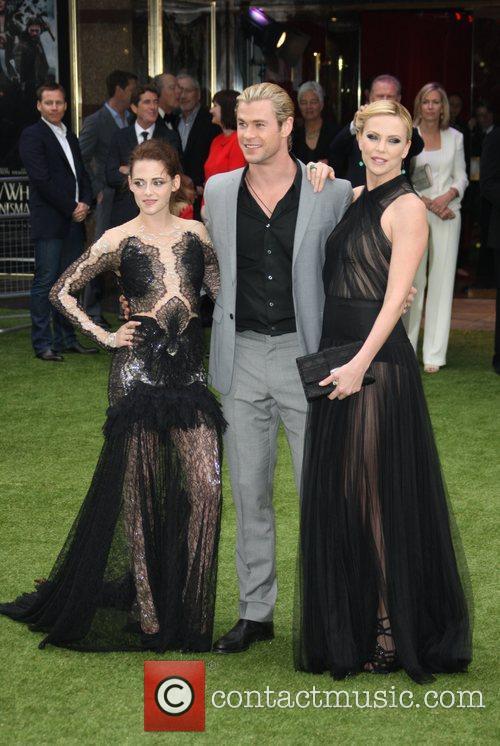Kristen Stewart, Charlize Theron and Chris Hemsworth 6