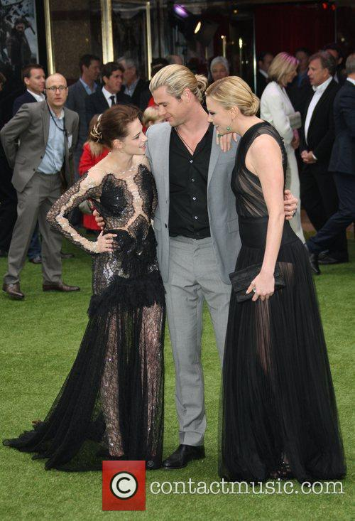 Kristen Stewart, Charlize Theron and Chris Hemsworth 7