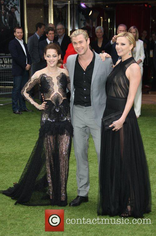 Kristen Stewart, Charlize Theron and Chris Hemsworth 8