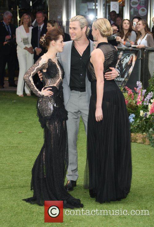 Kristen Stewart, Charlize Theron and Chris Hemsworth 9
