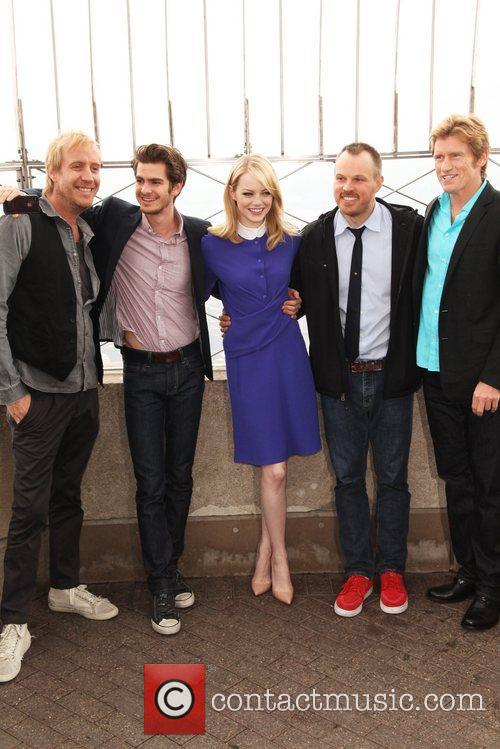 Rhys Ifans, Andrew Garfield, Denis Leary, Emma Stone and Marc Webb 6