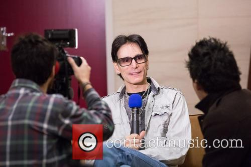 steve vai takes part in an interview 20028452