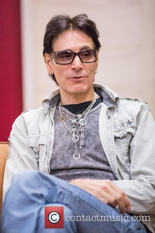 steve vai takes part in an interview 20028459