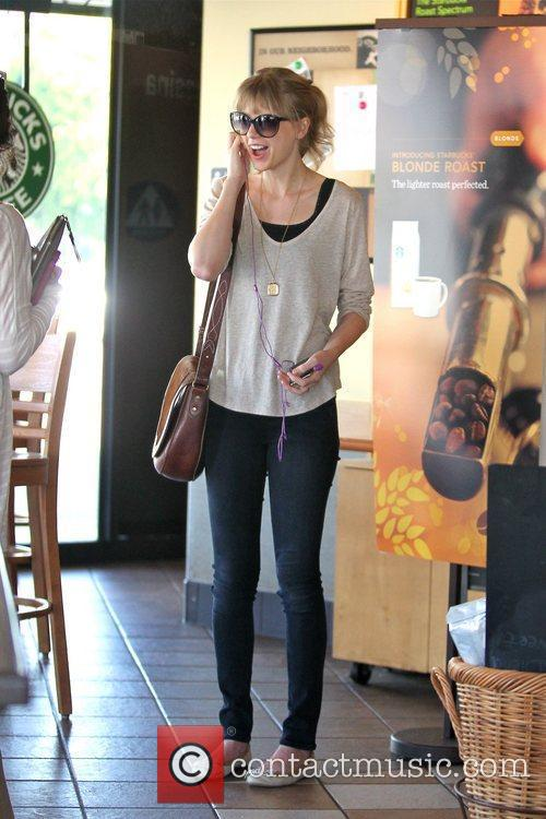 taylor swift gets a coffee at starbucks 5788135