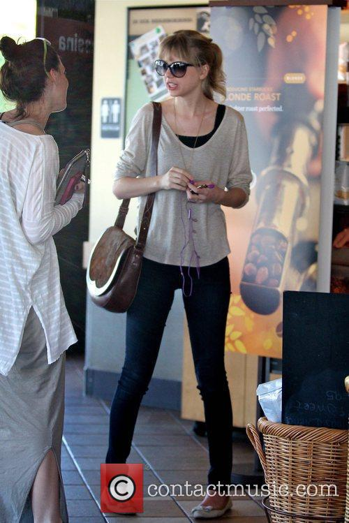 taylor swift gets a coffee at starbucks 5788137