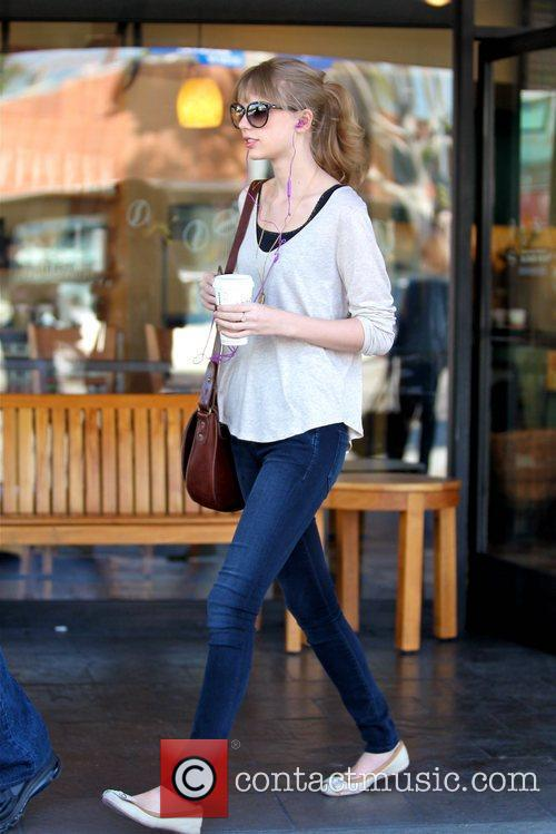 taylor swift gets a coffee at starbucks 5788146