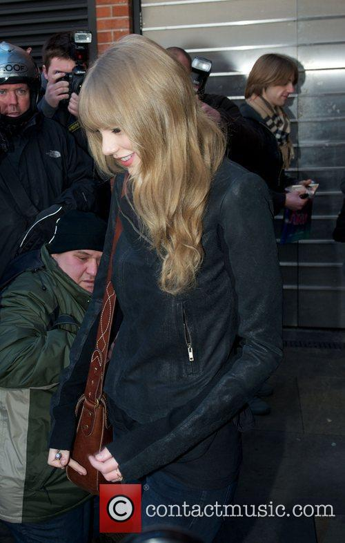 taylor swift leaving her hotel london england   260112 3701672