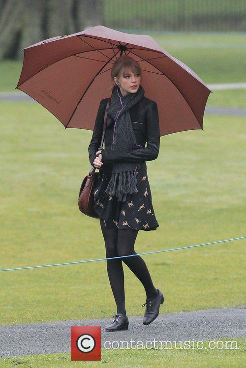 taylor swift visits the diana memorial in 3698253