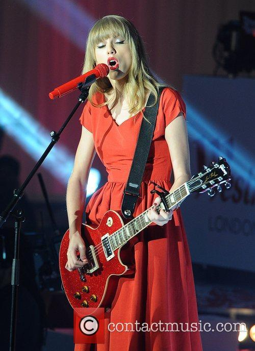 taylor swift switches on christmas lights at 5944882