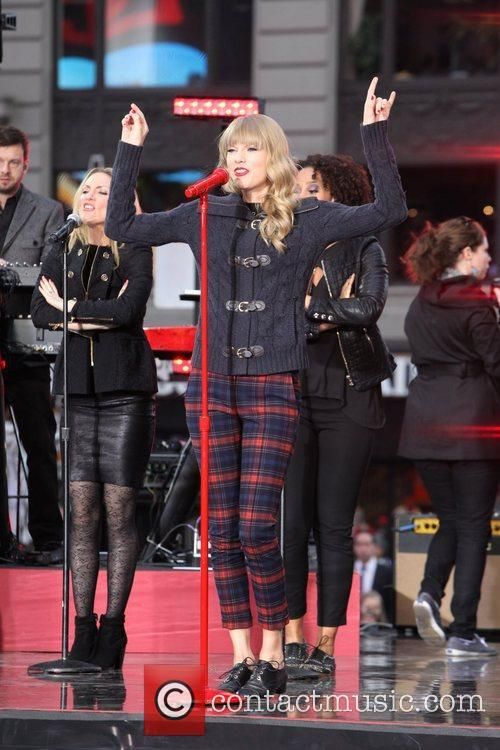 taylor swift performs in times square on 5939029
