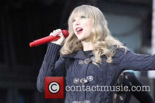 taylor swift performs in times square on 5939039