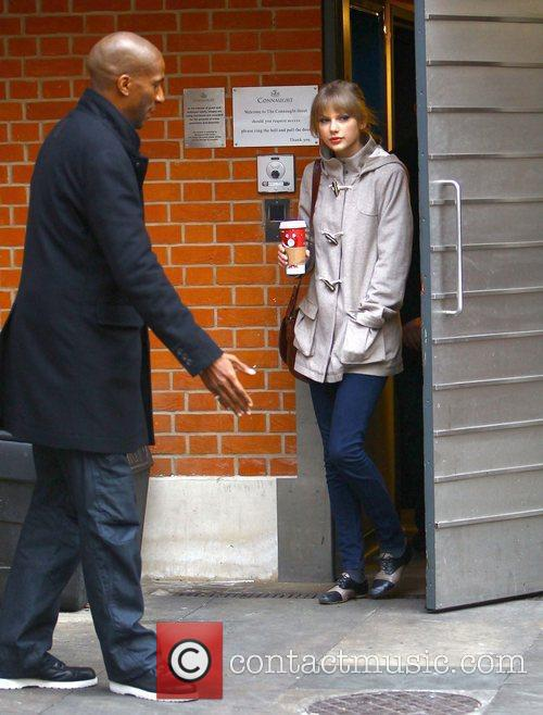 taylor swift leaving her hotel through the 5783320