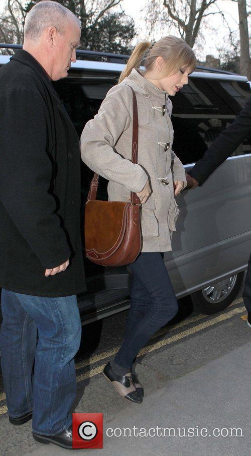 taylor swift arriving at an office london 5783325