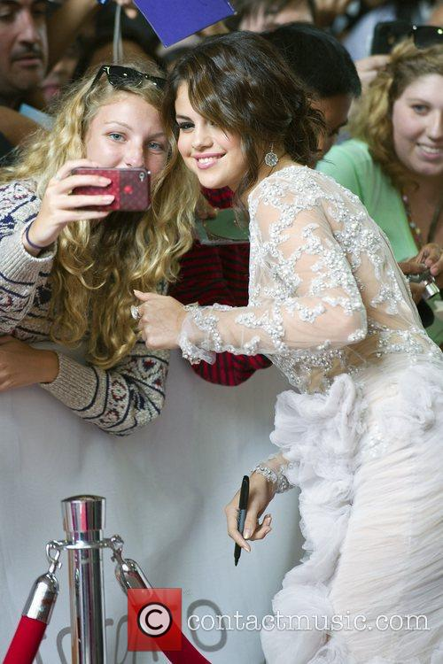 Selena Gomez, Ashley Benson, Harmony Korine, James Franco, Rachel Korine and Vanessa Hudgens 3