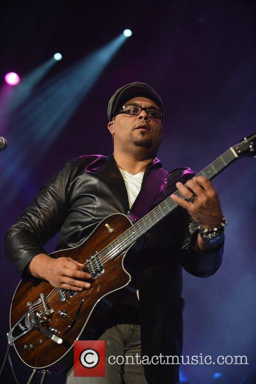 israel houghton performs during the bet sunday 5924098