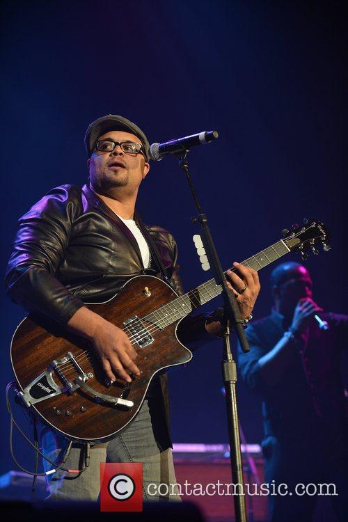 israel houghton performs during the bet sunday 5924101