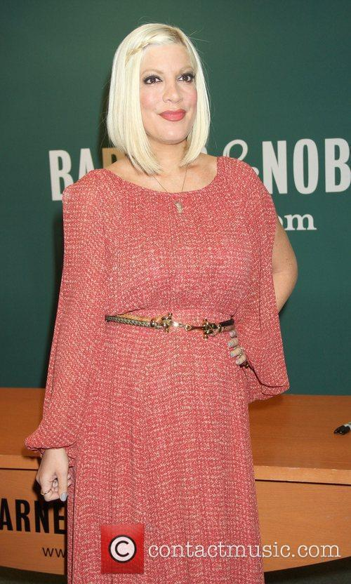 tori spelling signs copies of her new 5820911
