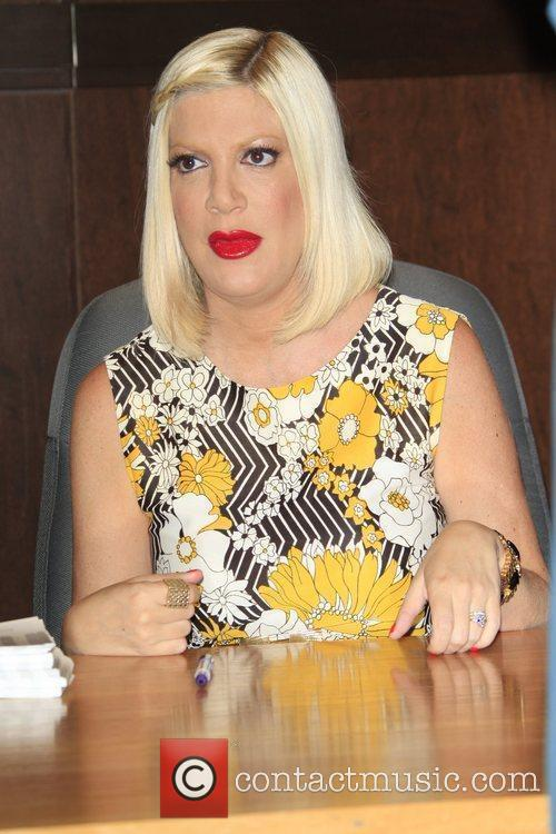 tori spelling book signing for her new 3832952
