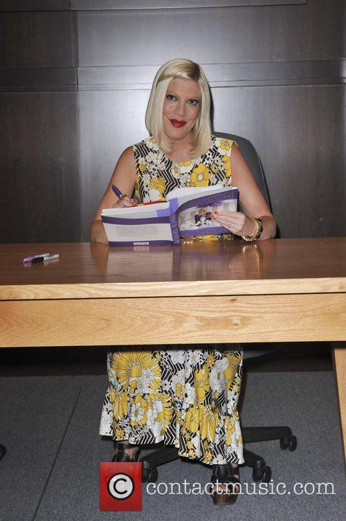 tori spelling tori spelling book signing for 5826789