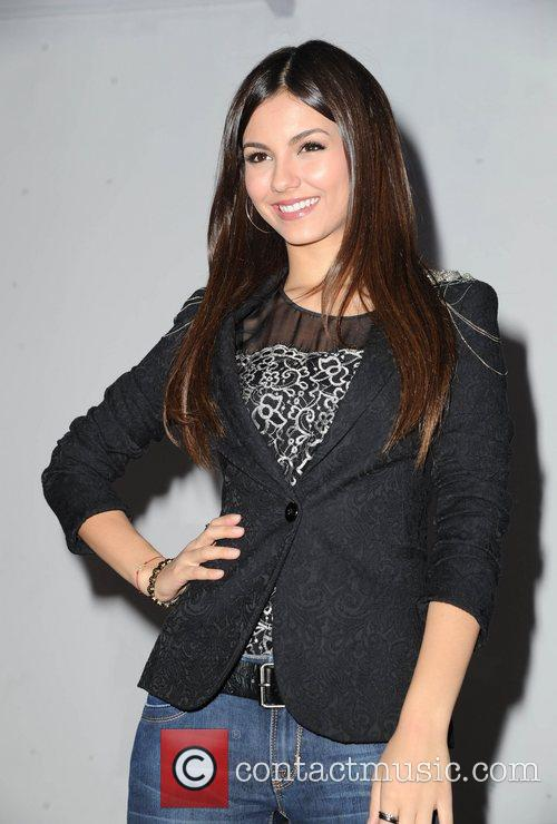 victoria justice meeting fans and signing copies 4092023