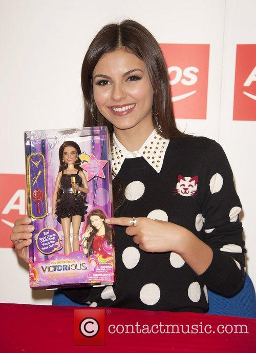 victoria justice meets fans and signs copies 4094733