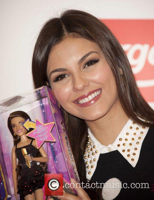 victoria justice meets fans and signs copies 4094736