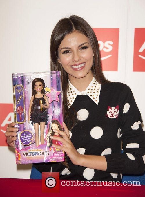 victoria justice meets fans and signs copies 4094737