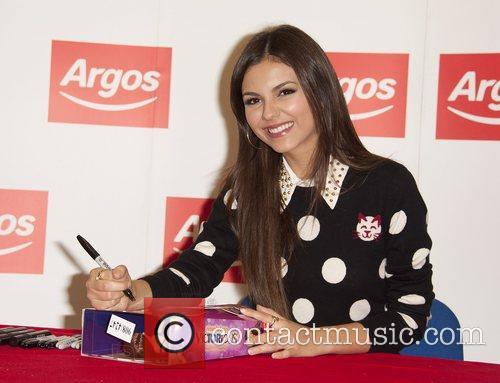 victoria justice meets fans and signs copies 4094741