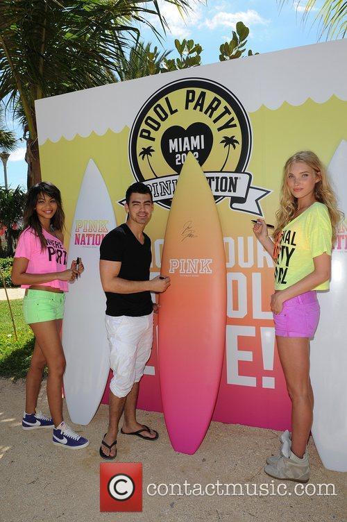 Joe Jonas, Chanel Iman and Victorias Secret 6