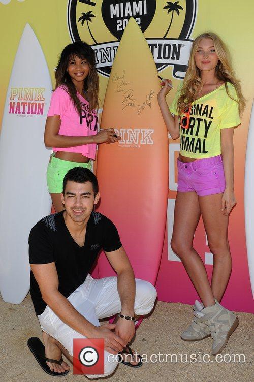 Joe Jonas, Chanel Iman and Victorias Secret 7