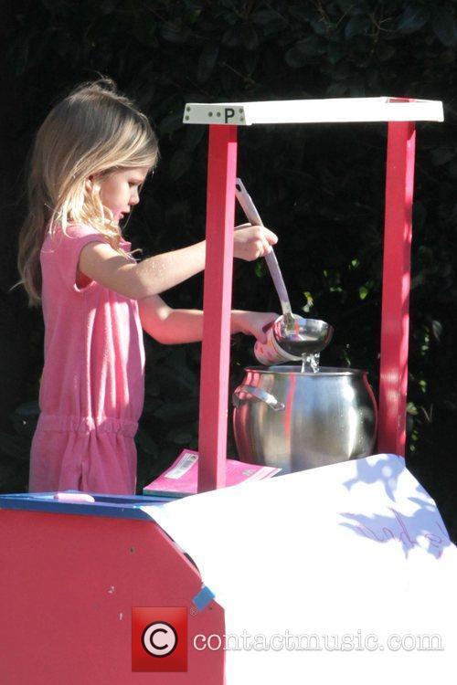 Violet Affleck selling lemonade outside her parents' house...