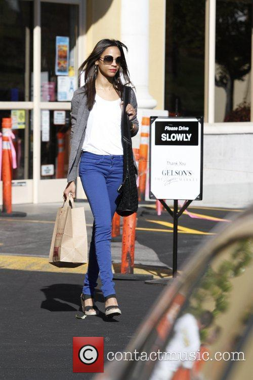 zoe saldana leaving the grocery store in 5775003